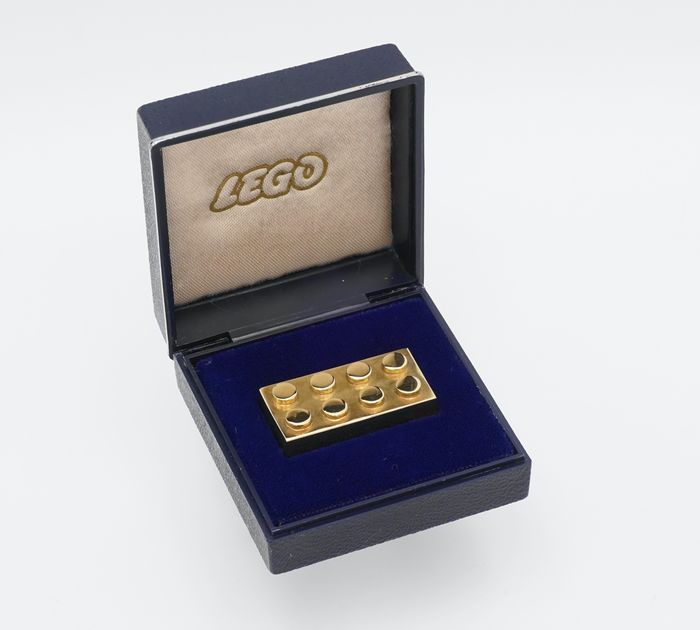 gold-LEGO-brick-auction-2.jpg